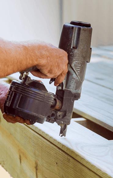 wbijanie gwoździ gwozdziarką